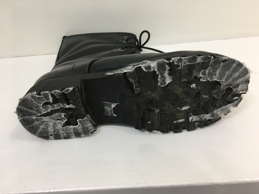 ちなみに、最近、一般的な両面テープで靴底に直接フェルトが貼り付けられた靴をみかけることがありますが、この方法はやめた方がいいです。靴底に大量の粘着剤が残って